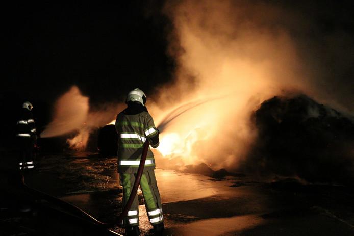 Onbekenden zien in de droogte aanleiding hooibalen in brand te steken.