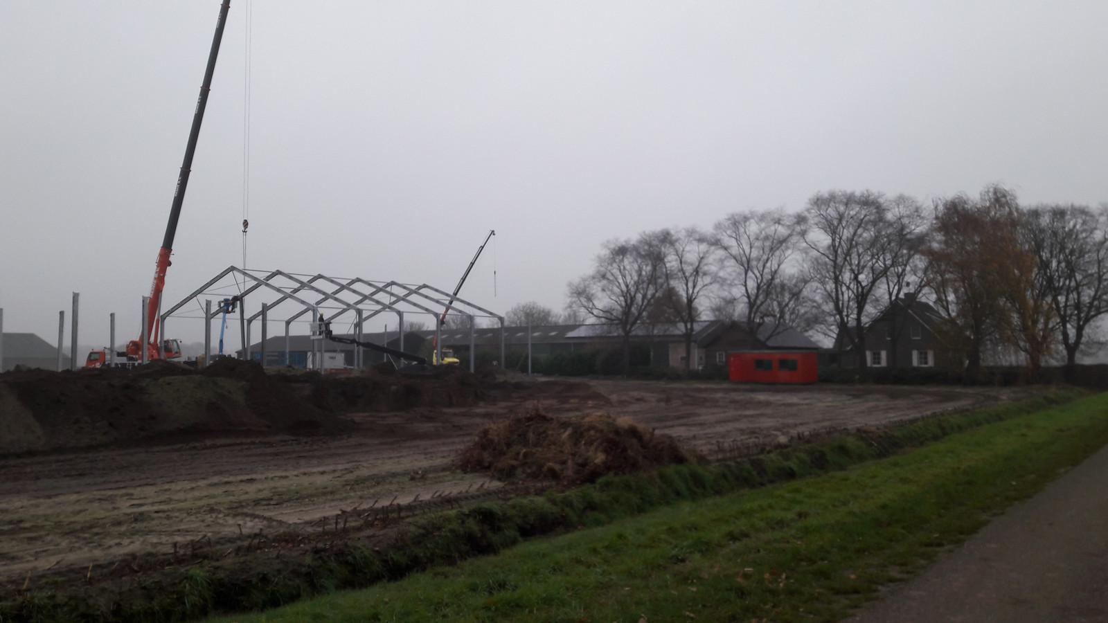 Mestfabriek in aanbouw op de Servennenstraat 6 in het buitengebied van Moergestel