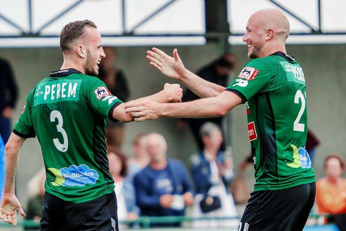 Lorenzo Berwouts (l. met nummer 3) en Anton Vanborm juichen om één van de goals in de thuismatch tegen Zelzate.