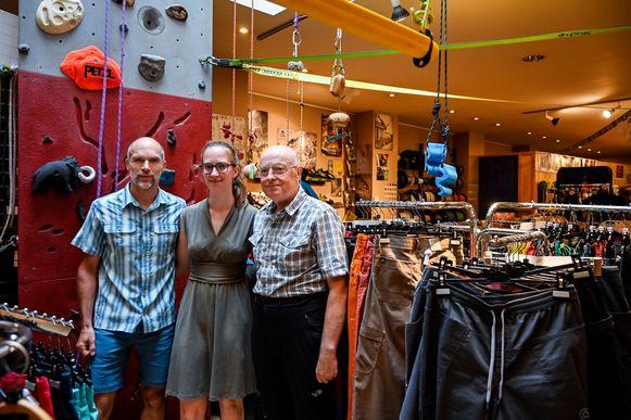 Rudi Bollaert samen met zijn dochter Nina en vader Georges in hun winkel.