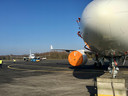 De twee Airbussen A220 zoals die tijdelijk op de luchthaven zijn gestald.