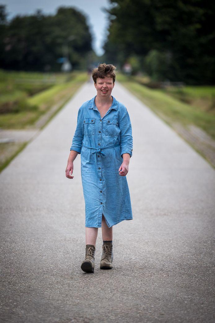 Else van den Bosch liep van haar woonvoorziening - ze heeft autisme - na haar ouderlijk huis aan de Hoofdweg in het buitengebied van Balkbrug. Twee jaar terug werd ze geopereerd aan een klompvoet. Nu gaat ze stapje voor stapje vooruit.