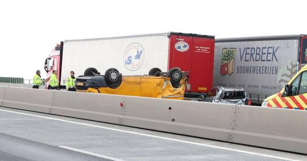 A6 kort geblokkeerd door botsing met vrachtwagen.