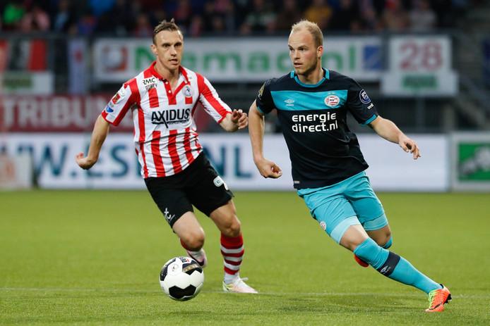 Jorrit Hendrix wierp zijn wedstrijdshirt in het uitvak bij Sparta-PSV.