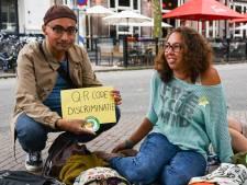 Kleinschalige protesten in Nijmegen tegen coronabewijs: 'Dit is geen bloem, nee een ster!'