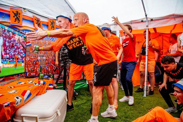 Bewoners van de Marktweg in Den Haag reageren vol ongeloof op het verlies van Oranje.   Beeld Hollandse Hoogte / Robin Utrecht