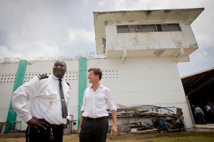 Premier Rutte bracht in 2013 een bezoek aan de gevangenis in Pointe Blanche, naast hem directeur Edward Rohan.