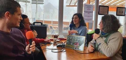 Pascale en Chantal Metais (midden en rechts) vertellen in L'Esperou over hun vader en man Rémy Metais, die tijdens het wielrennen op 48-jarige leeftijd overleed op de Mont Aigoual.