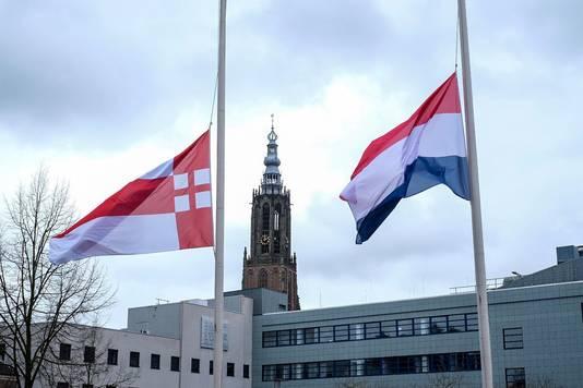 De gemeente Amersfoort heeft de vlag bij het gemeentehuis halfstok gehangen om stil te staan bij de slachtoffers van de aanslag op twee moskeeën in Christchurch in Nieuw-Zeeland.