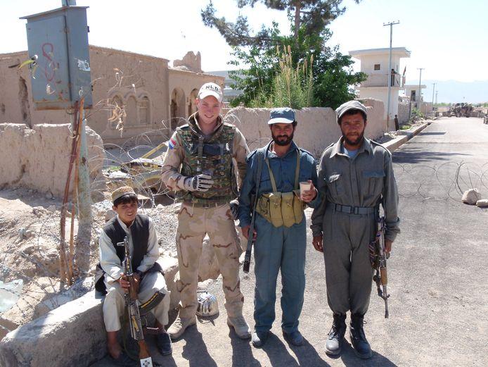 Marc de Carpentier (tweede van links) met drie Afghanen tijdens een Shura (vergadering van dorpsoudsten) in het centrum van Deh Rawod.