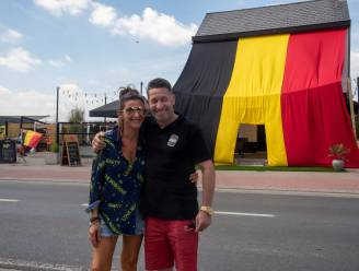 Café Tonneke helemaal ingepakt met verduiveld grote tricolore vlag van 50 vierkante meter