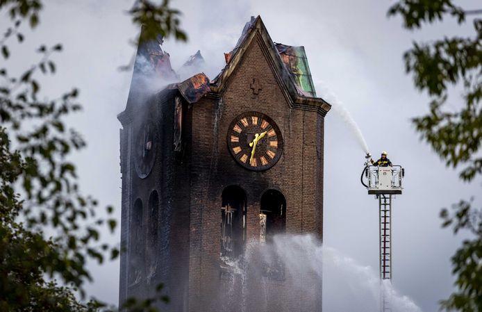 Met de torenspits van de Onze-Lieve-Vrouw-Geboortekerk in Hoogmade kwam ook de Vodafone zendmast naar beneden. Een plan voor een nieuwe mast zorgt voor ophef.