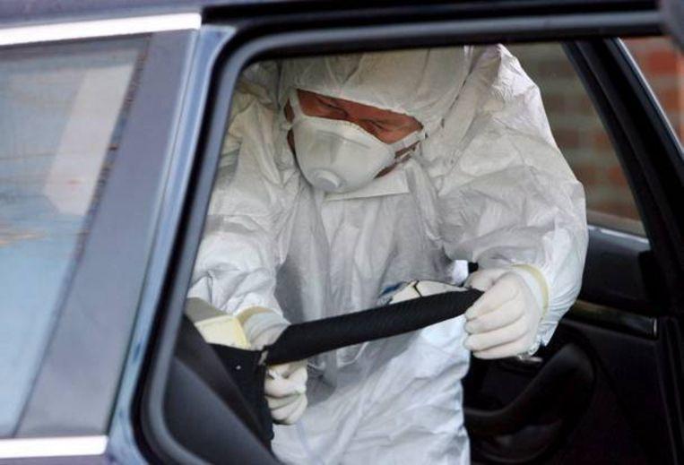 Een agent onderzoekt de dood van Litvinenko in 2006. Beeld EPA
