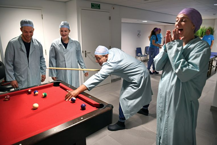 Biljartende ok-medewerkers in een recreatieruimte van het academisch ziekenhuis Maastricht UMC tijdens de staking dinsdag voor een betere cao. Beeld Marcel van den Bergh / de Volkskrant