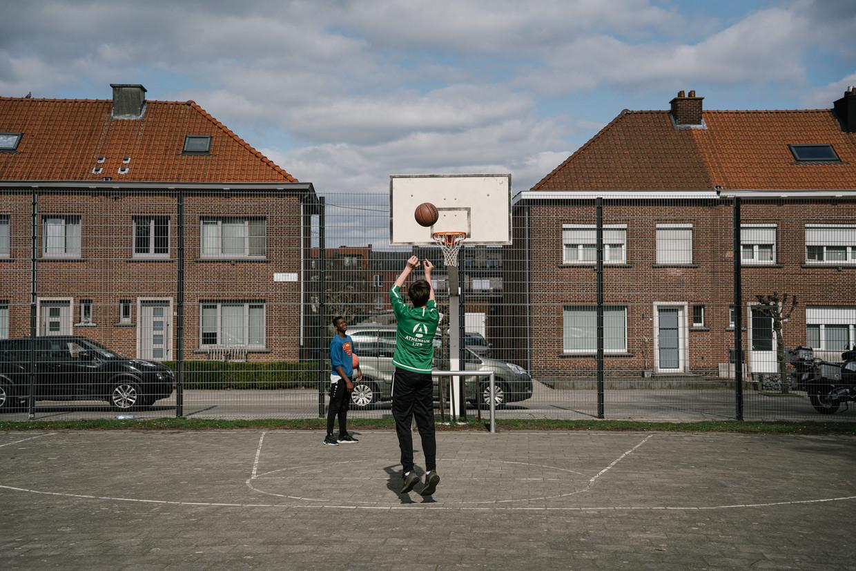 Een basketbalveldje in een sociale woonwijk in Lier. Het is onder meer hier dat de Lierse Maatschappij voor de Huisvesting de strijd heeft aangebonden tegen eigenaars van een buitenlandse eigendom. Beeld Wouter Van Vooren