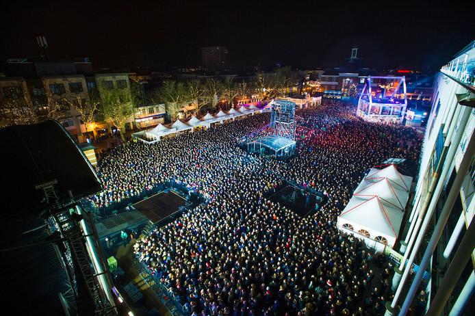 Het Apeldoornse Marktplein tijdens de slotavond van Serious Request. Het evenement trok  de afgelopen week 155.000 unieke bezoekers, de binnenstad 520.000.