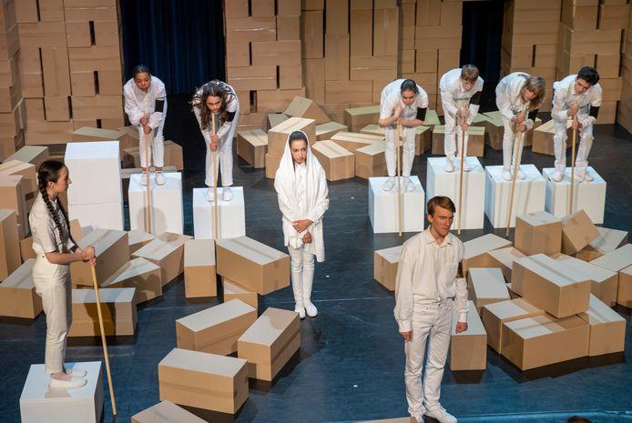 Uitvoering van' Antigone', de vorige productie van de jeugdtheaterschool van het Annatheater in Helmond.