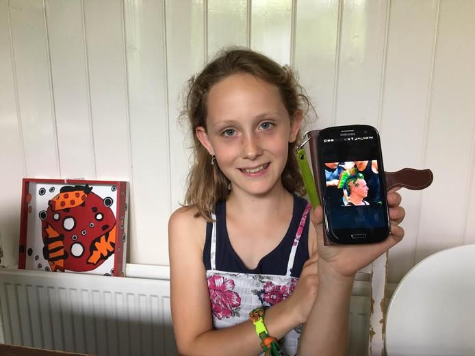 Hasse Horvers met een foto van het hagedis-kapsel