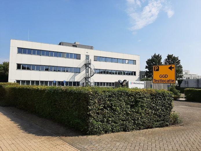 Achterzijde van de nieuwe coronateststraat in Wageningen.