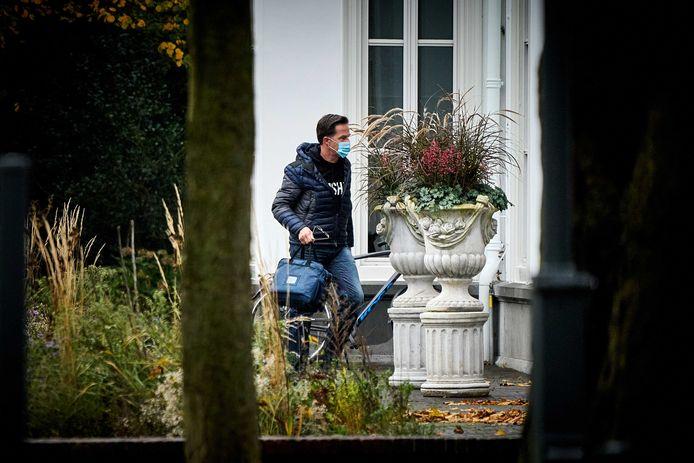 Premier Mark Rutte arriveert bij het Catshuis voor overleg tussen ministers en deskundigen over het coronavirus.