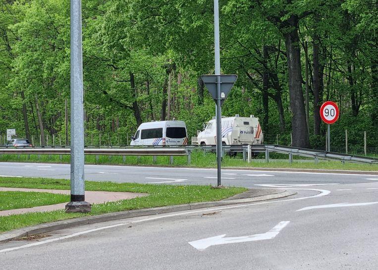 Politievoertuigen bij het Nationaal Park Hoge Kempen, waar vandaag opnieuw gezocht wordt naar Jürgen Conings. Beeld BELGA