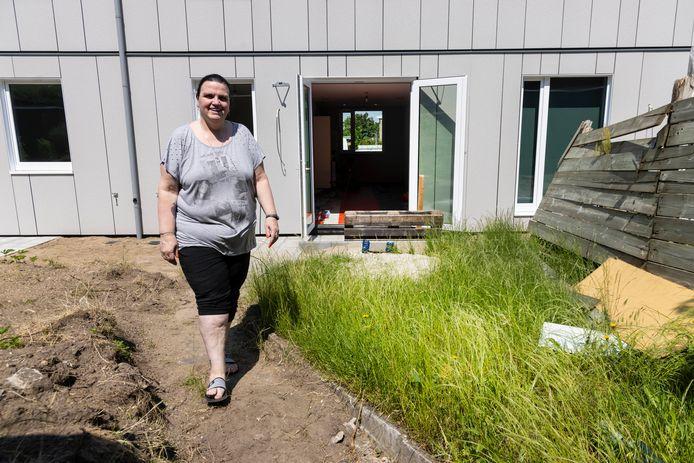 Sandra Bielsma is blij met haar nieuwe woning maar baalt van de manier hoe de bouwvakkers de achtertuin hebben achtergelaten.
