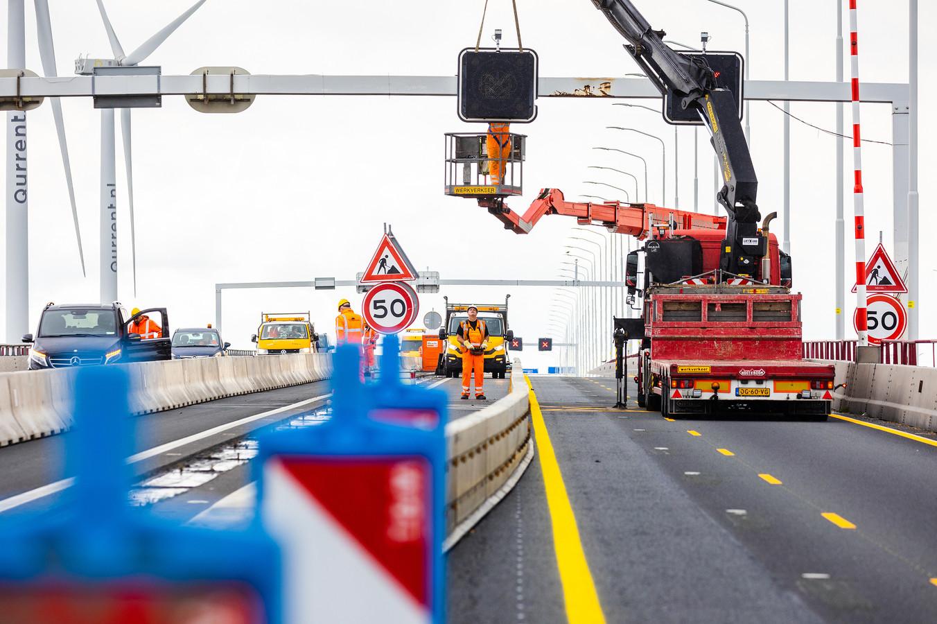 De werkzaamheden op de Haringvlietbrug gaan van start. Een nieuwe maximumsnelheid wordt ingevoerd. Daarnaast zijn de rijstroken van de Haringvlietbrug in beide richtingen versmald.