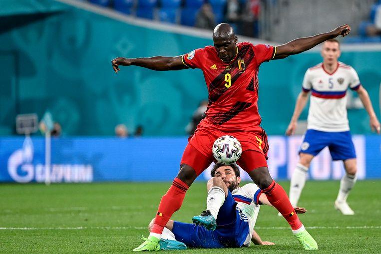 De Russische verdediger Georgi Dzjikija heeft alle moeite van de wereld met Romelu Lukaku. Beeld BELGA
