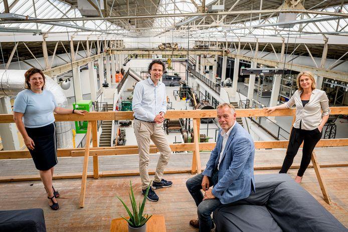 """Twentse bedrijven krijgen een belangrijke rol in het nieuwe Oyfo. """"Als je ziet hoeveel basisscholieren er bij Oyfo komen: dat is een promotie voor de techniek"""", zegt Judith Slijkhuis van Urenco (links), samen met Job van Harmelen (achter), directeur Lous Kerkhof van Oyfo en Erik Smit van Assink & Schipholt."""