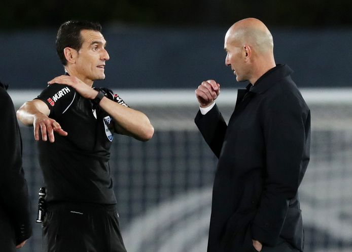 Zinédine Zidane gaat in discussie met arbiter José Luis Munuera Montero.