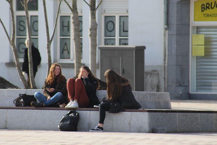 Ook jongeren zochten elkaar op om samen een terrasje te doen.