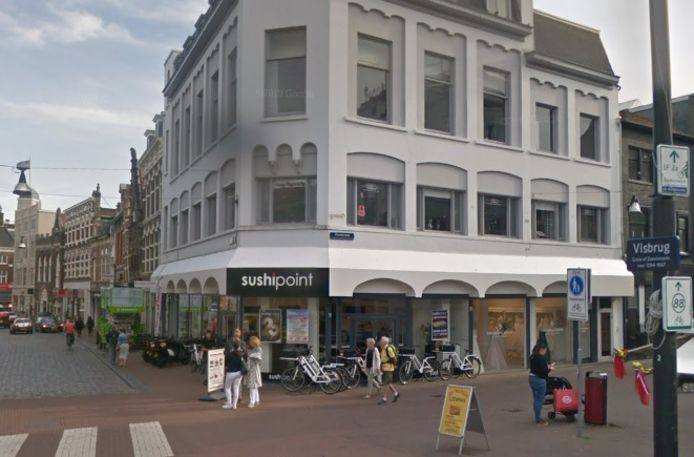Eigenaar Peter Riemens wil boven de winkel van SushiPoint op de hoek van de Voorstraat en de Visbrug in Dordrecht dertien appartementen laten bouwen.