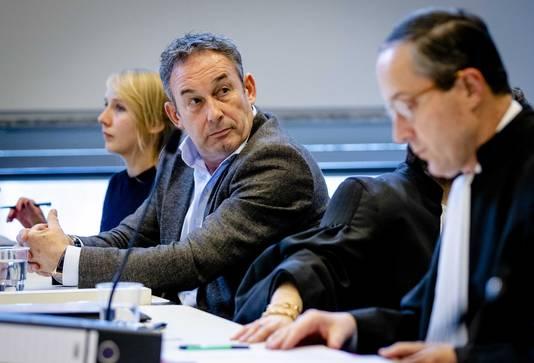 Frans van Laarhoven, Carry Knoops en Geert-Jan Knoops in de rechtbank van Den Haag tijdens het kort geding van vorige week vrijdag.