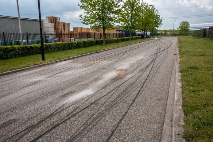 Een 31-jarige man uit Rotterdam is zondagavond rond 18.45 uur gewond geraakt bij een aanrijding in Oud Gastel. Op Het Steeke, op het industrieterrein Borchwerf II, zaten een hoop bandensporen na de 'straatrace'.