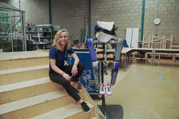 Britt Sticker uit Haaksbergen bij het Exoskelet van Project March, waar studenten van de Technische Universiteit Delft het hele jaar aan werken.