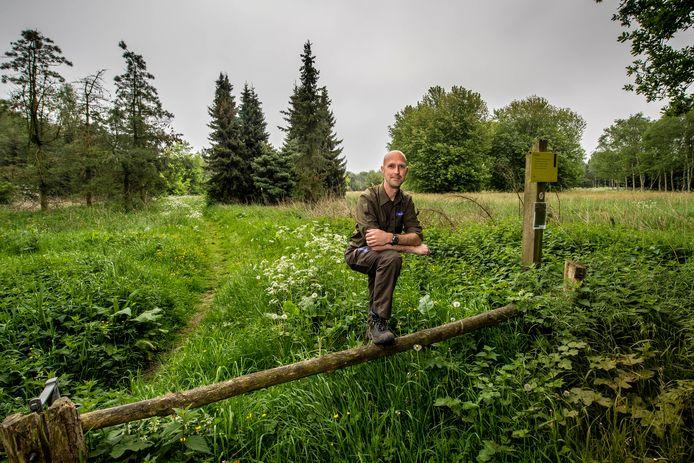 Robert Frantzen van Natuurmonumenten bij het vroegere Katteven aan de Kattevendreef. De natuurorganisatie wil het gebied weer vernatten.