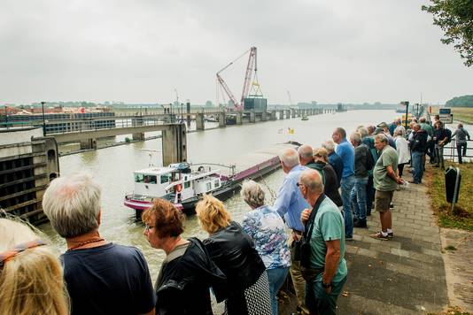 De plaatsing van de eerste sluisdeur bij de Prinses Beatrixsluis in Nieuwegein trok veel bekijks.