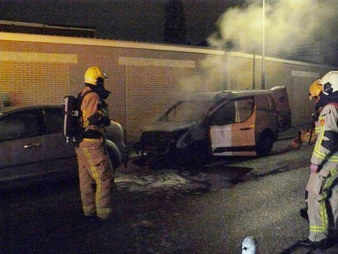 Een bestelbus heeft vrijdagnacht vlam gevat in Almelo.