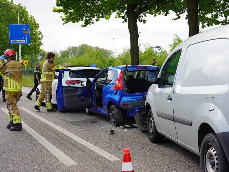Drie auto's betrokken bij botsing in Rijen, vrouw gewond