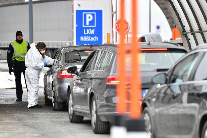 Contrôle de la température des voyageurs à la frontière entre l'Autriche et l'Italie.