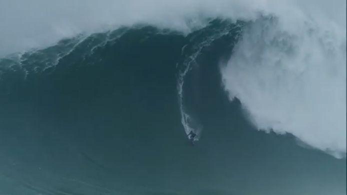 Kai Lenny a dévalé une vague estimée à 21,3 mètres de haut à Nazaré, au Portugal.