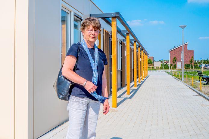 Voormalig wethouder Annemiek de Goede bij woningen voor statushouders in Midden-Delfland.