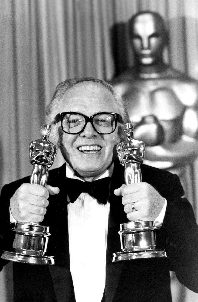 Attenborough toont in 1983 twee van de acht Oscars die hij won voor de film 'Gandhi'. Beeld ap