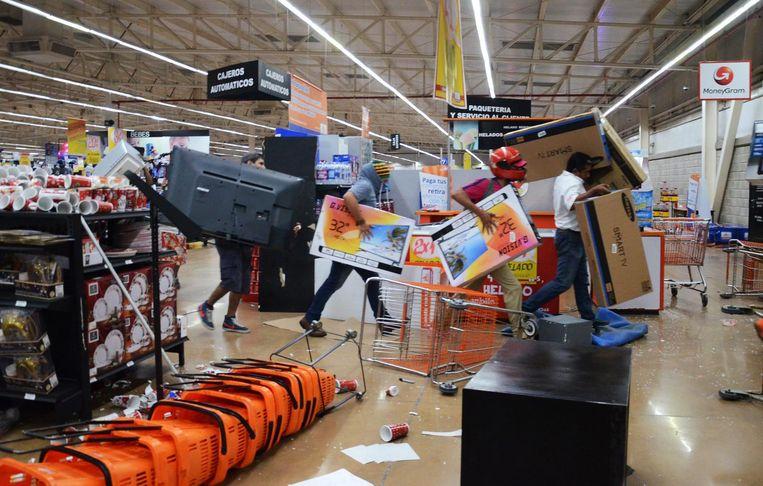 Plundering van een elektronicazaak in Veracruz Beeld epa