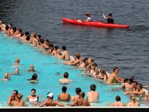 Zwemmen in een drijvend openluchtbad? Dan moet je als Utrechter toch écht naar Parijs of Berlijn