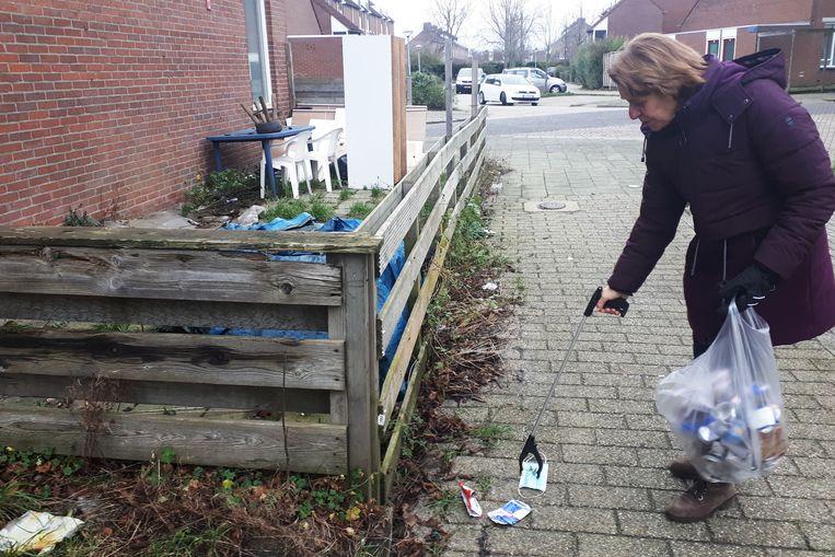 Margreet Aartsen raapt zwerfafval in Hoorn. Beeld Emiel Hakkenes
