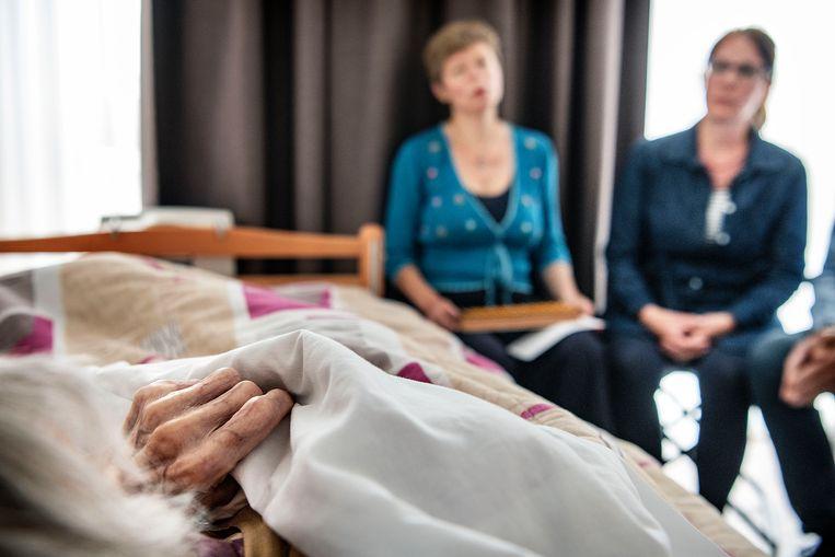 De Bedside Singers zingen terminale patiënten toe in de ZorgHerberg te Amsterdam. Beeld null