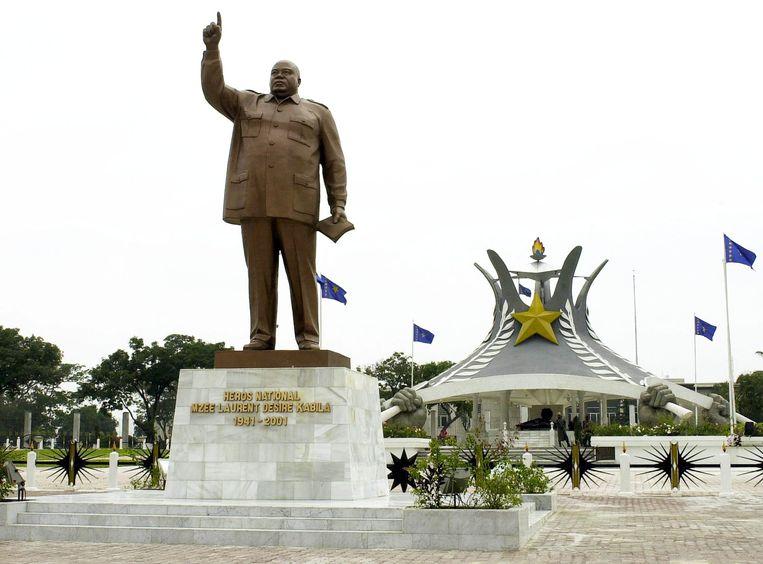 Laurent-Désiré Kabila voor zijn graftombe in Kinshasa, Congo. Beeld BELGA