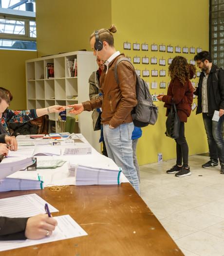 Om 7 uur al in de rij voor stembureau op NS-station Zwolle