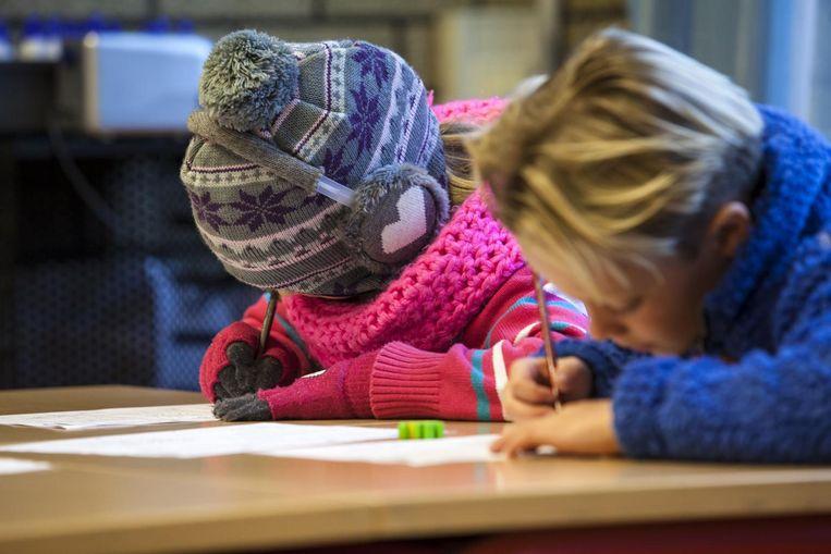 Kinderen tijdens Warmetruiendag, op 10 februari mag de verwarming omlaag en de warme trui aan om energie te besparen. Beeld anp